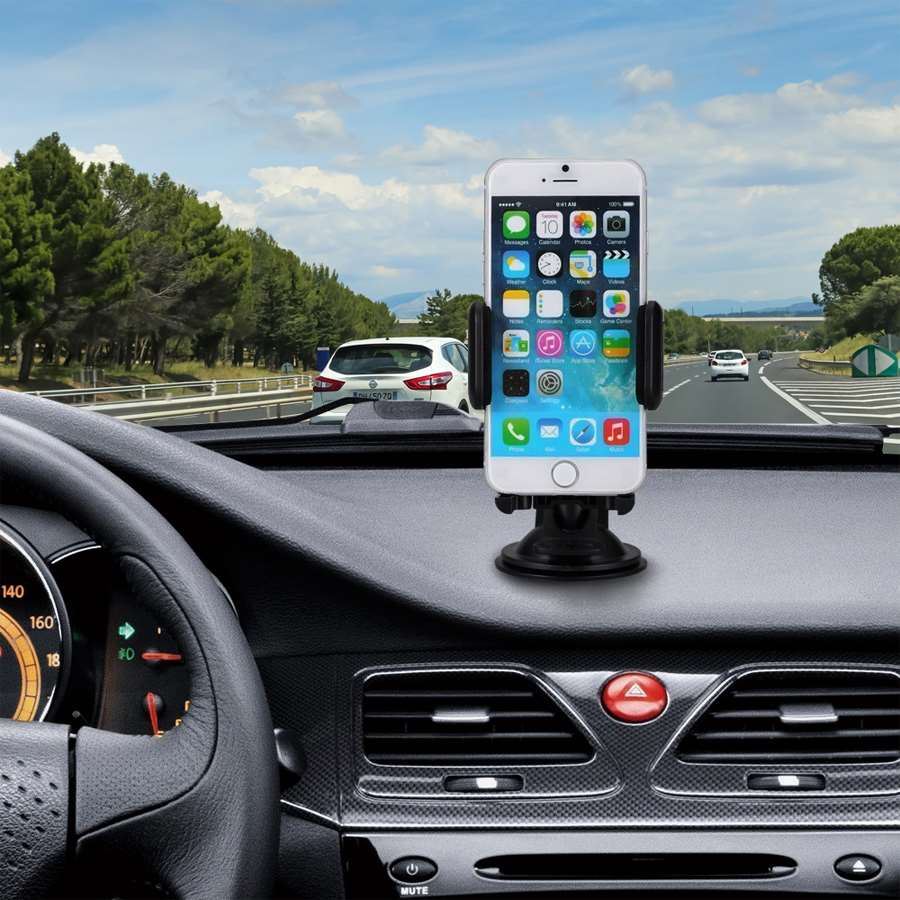 Support iPhone à ventouse fixé sur le tableau de bord d'une voiture.