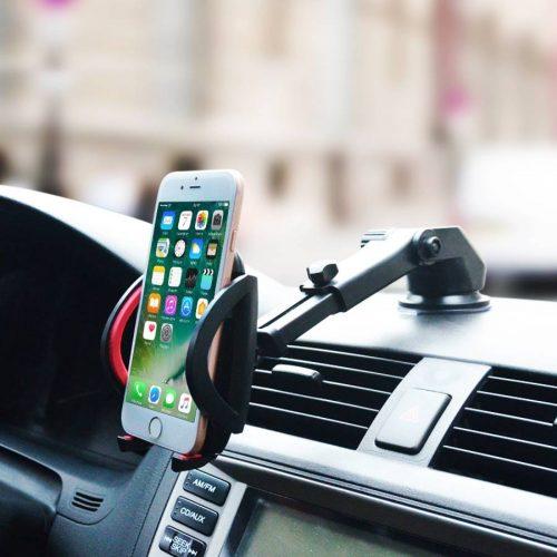 Support téléphone fixé sur le tableau de bord avec bras télescopique allongé.